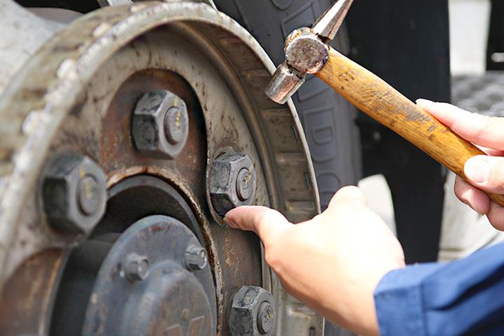 2.タイヤホイール締め付けナットの緩みなどを工具で叩いて指先で確認
