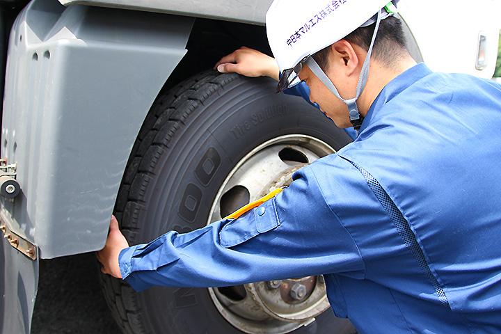 3.タイヤの空気圧を点検ハンマーで叩いた音で確認